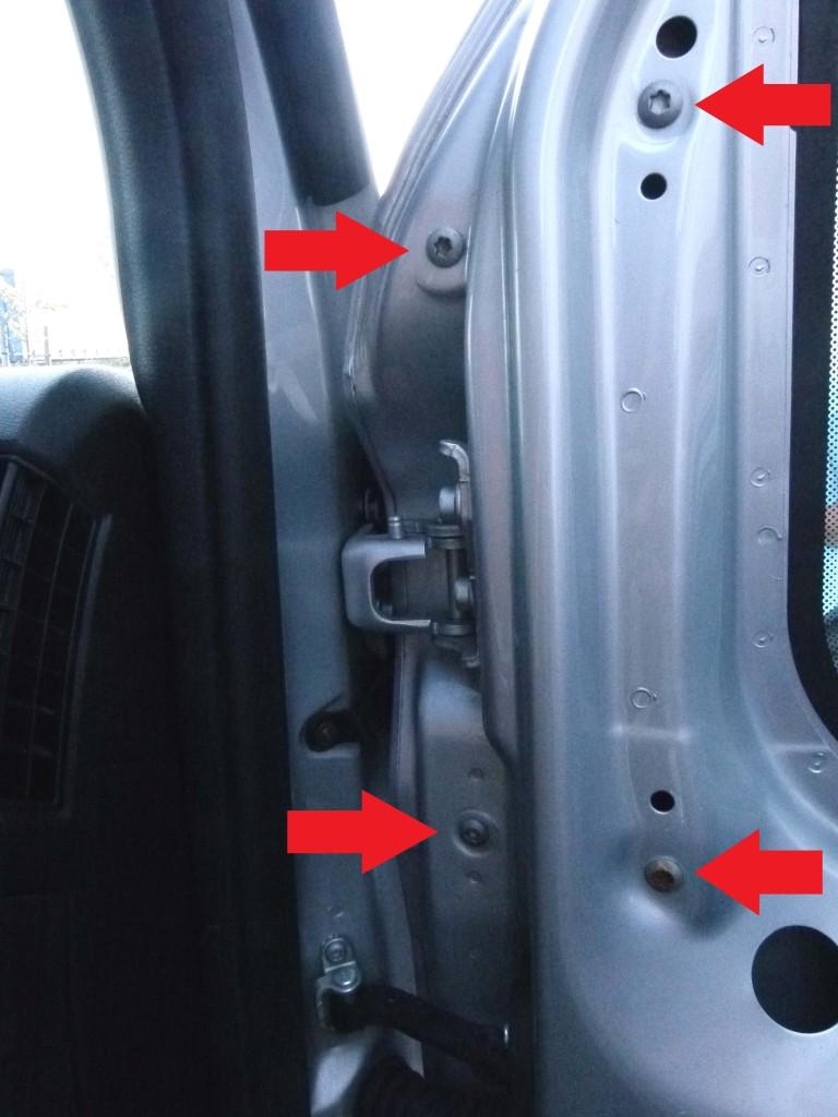 Mit roten Pfeilen markierte Torx-Schrauben an einer Tür eines Fiat Ducatos.