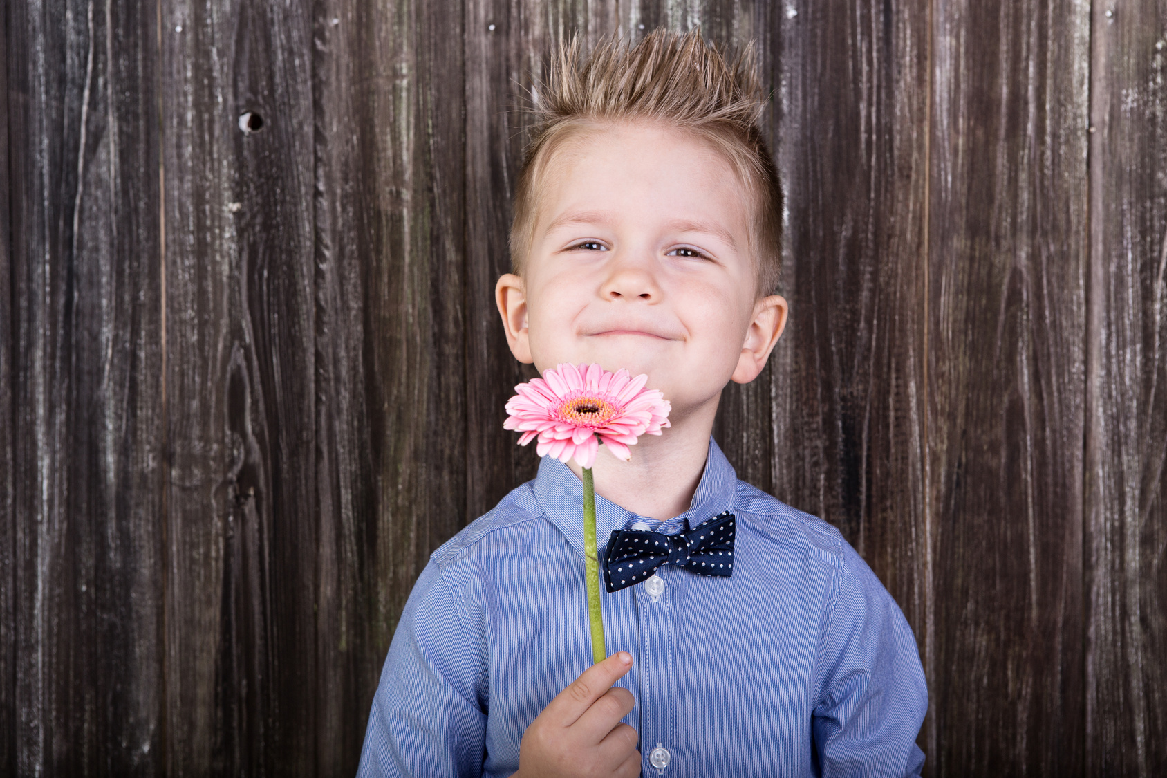 Kind mit Blume in der Hand