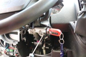 Feder am Zündschloss hineindrücken um das Zuendschloss zu lösen - Fiat Ducato X250 - ducatoschrauber.de