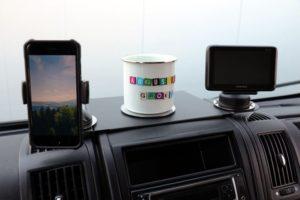 Ablagesystem für den Fiat Ducato von der Augustin Group mit Handy, Navigationsgerät und Emaillebecher.