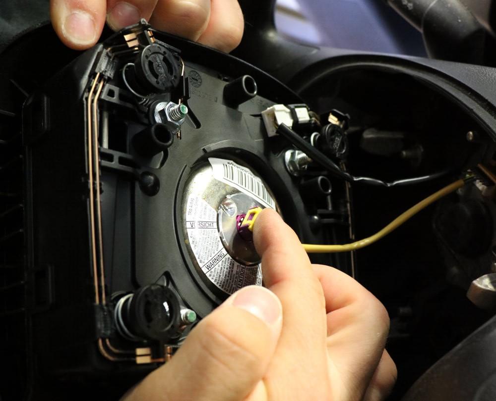 Detailaufnahme der Rückseite des Airbags mit angeschlossenem Airbag-Kabel