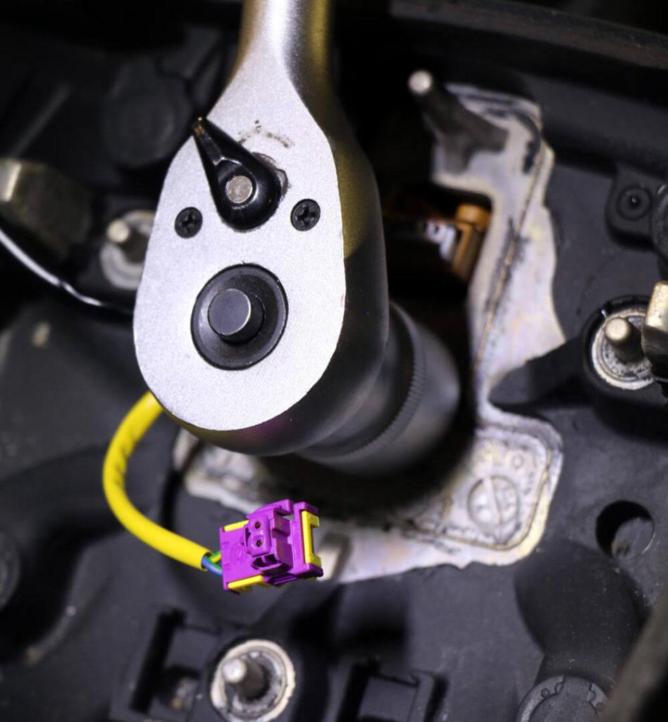 Die Schraube, die Lenkrad und Lenkstange miteinander verbindet, wird mit einer Knarre gelöst
