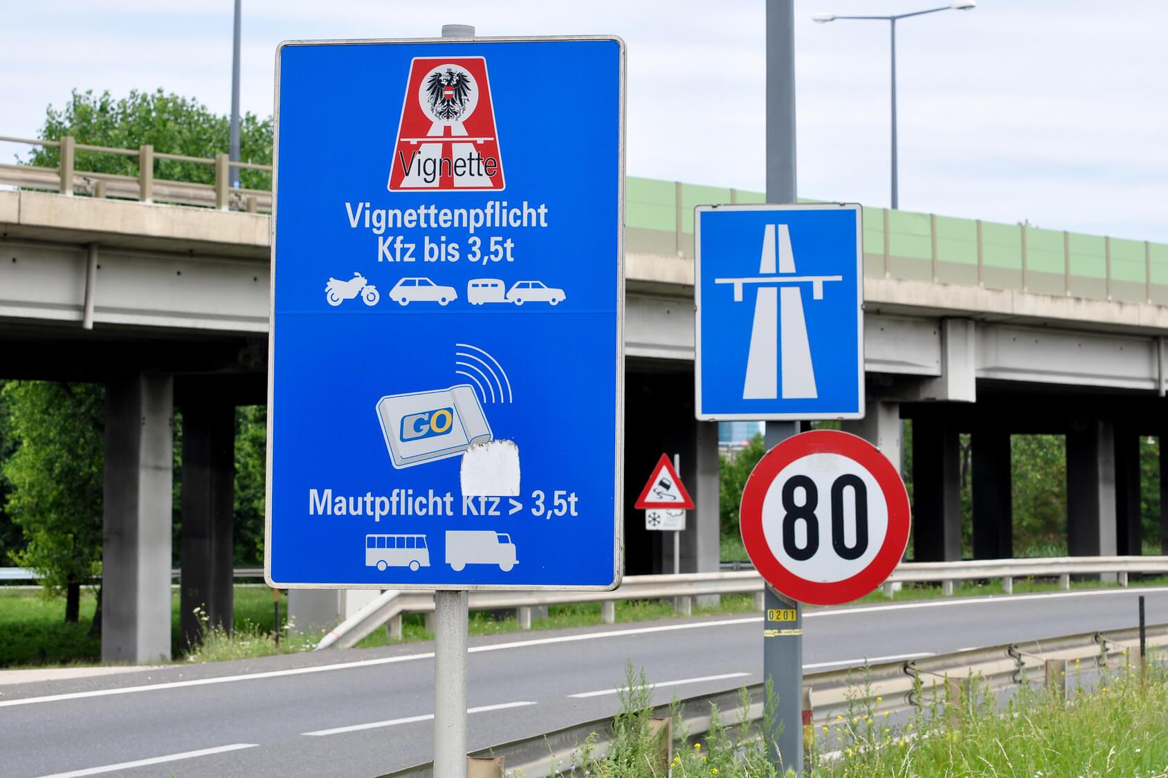 Autobahnschild in Österreich mit Vignettenpflicht-Hinweis und GO-Box-Hinweis für Lkw über 3,5 t.