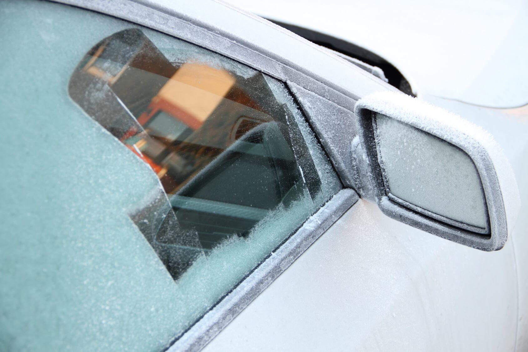 Ein kleines Guckloch auf der Beifahrerseite in einer komplett zugefrorenen Pkw-Scheibe.
