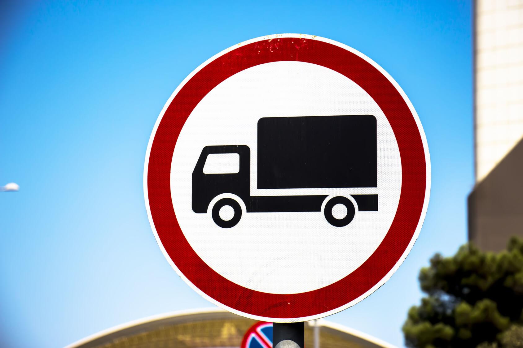 Eine Verbotsschild für die Durchfahrt von Lkw.