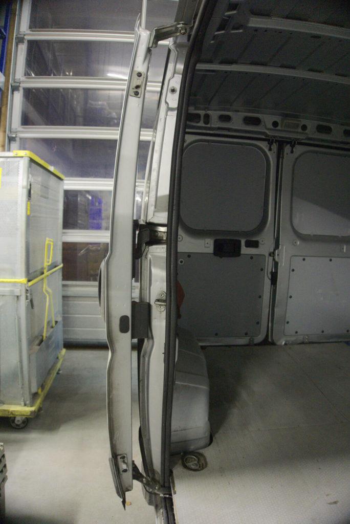 Blick von vorne auf eine geöffnete Schiebetür eines Fiat Ducatos.