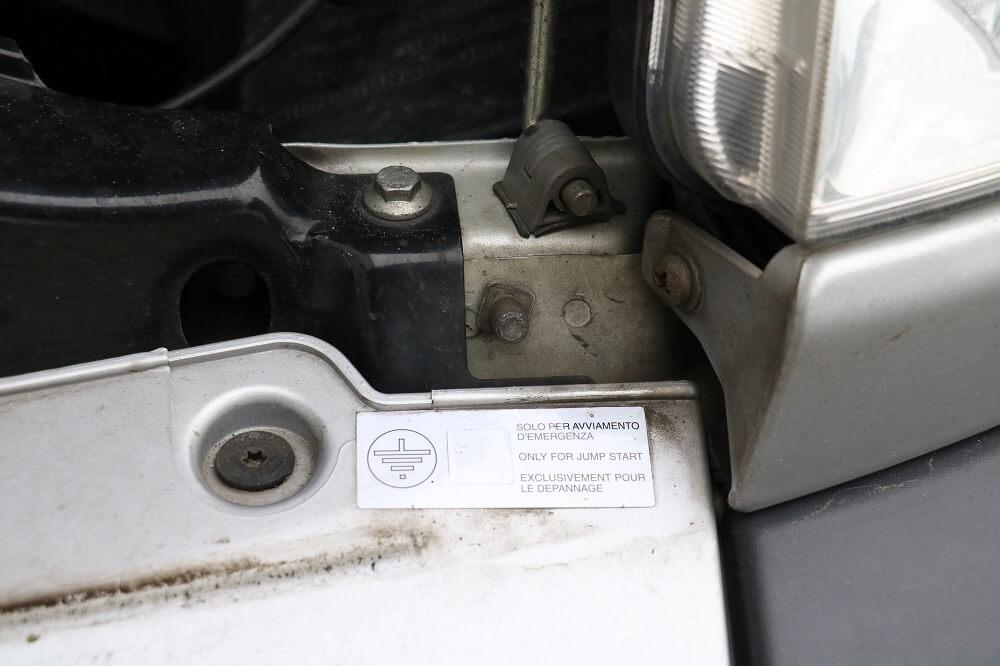 Masseschraube für den Minuspol im Motorraum des Fiat Ducatos Typ 250 für die Starthilfe.