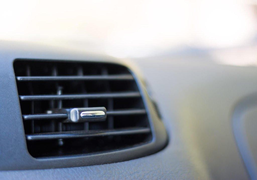 Makroaufnahme einer Autolüftung.