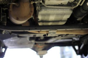 Unterboden eines Pkw, Auspuff und Tank sind deutlich zu erkennen.