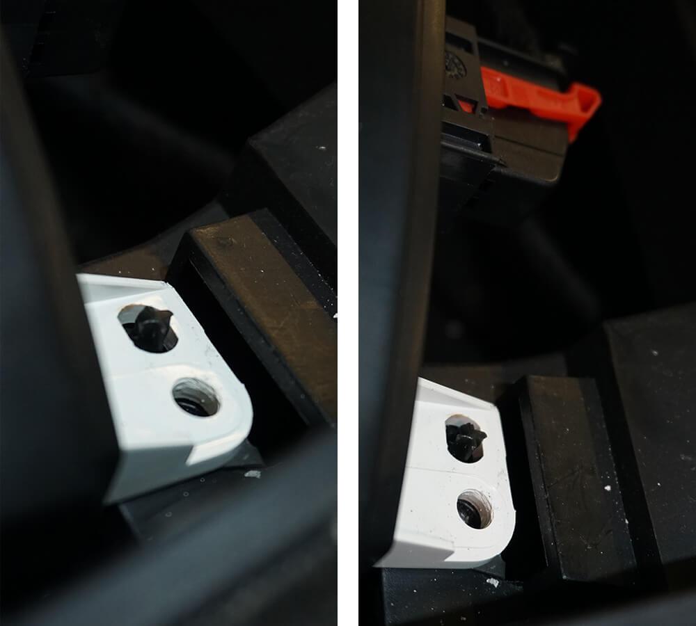 Zwei Fotos, die einen weißen Plastikhalter im Detail zeigen, der über eine Plastikführung gesteckt wird, um das Kombiinstrument an Ort und Stelle zu halten.