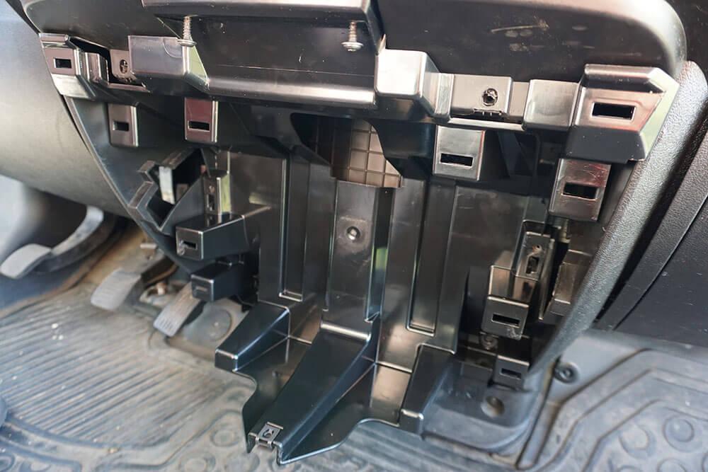 Blick auf die aufgesetzte Halterung für den Becherhalter in der Mittelkonsole des Fiat Ducatos.