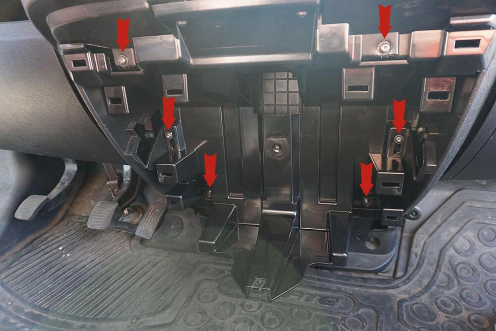 Mit roten Pfeilen markierte Führungsschienen an der Rückwand des Handschuhfaches im Fiat Ducato.