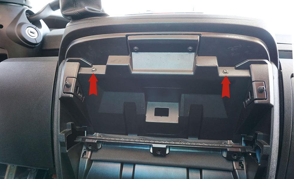 Aufnahme des Handschuhfaches in der Mittelkonsole beim Fiat Ducato.