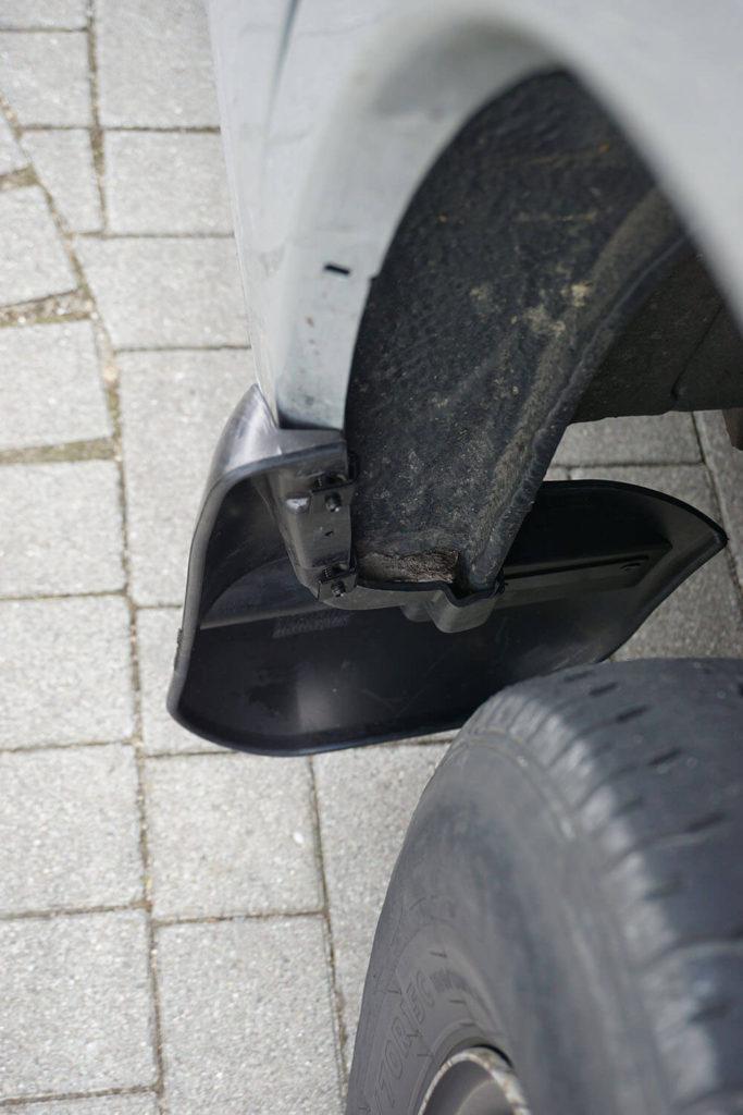 Draufsicht eines montierten Schmutzfängers an der Beifahrerseite eines Fiat Ducatos.