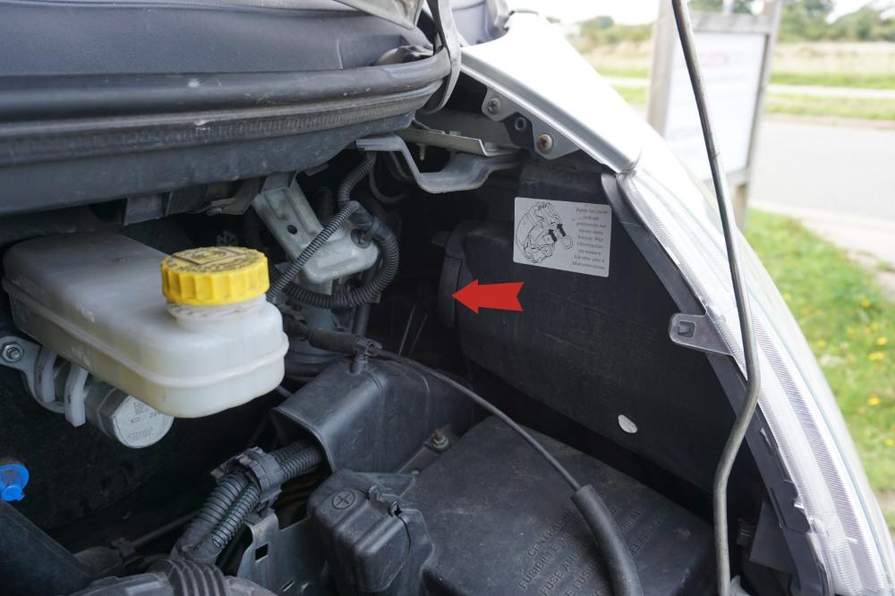 Zur Anschauung: Der Pfeil zeigt auf eine der beiden Gummikappen, die gelöst werden müssen.