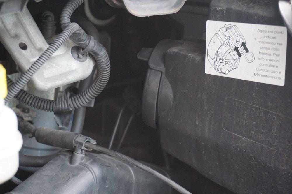Die Gummikappe im Motorraum aus nächster Nähe betrachtet.