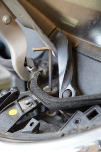 Der 6er Inbus steckt in der weißen Stellschraube für den Scheinwerfer.