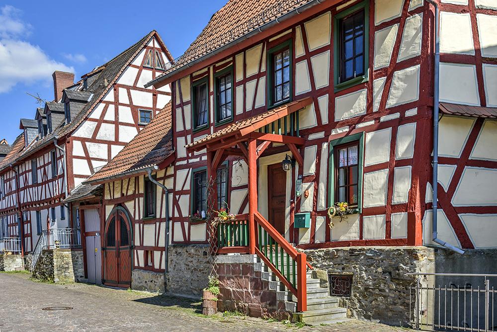 Fachwerkhäuser mit roten Giebeln in der Altstadt der hessischen Stadt Idstein im Taunus.