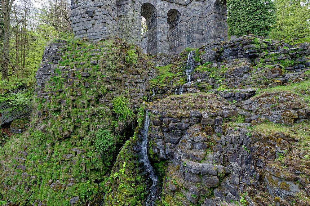 Wasserfälle zwischen Ruinen im Bergpark Wilhelmshöhe in Kassel.