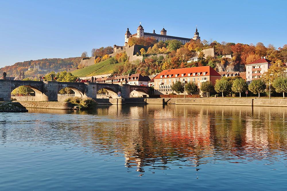 Aussicht auf den Main, die Alte Mainbrücke, die Marienfeste sowie das