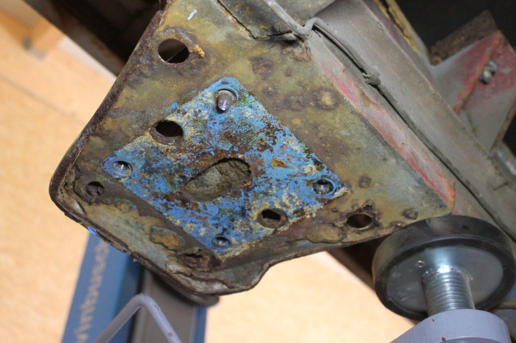 Die vom Rost befreite Unterseite der Halteplatte für die vordere Blattfederaufnahme am Fiat Ducato Maxi 290.