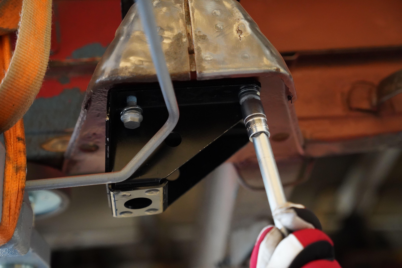Die neue Halteplatte für die vordere Blattfederaufnahme am Fiat Ducato Maxi 290 wird mit der dritten von vier Schrauben befestigt.