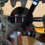 Die untere Befestigungsschraube des neuen Stoßdämpfers hinten links am Ducato Maxi 290 wird mit einem 17er Schlüssel befestigt.