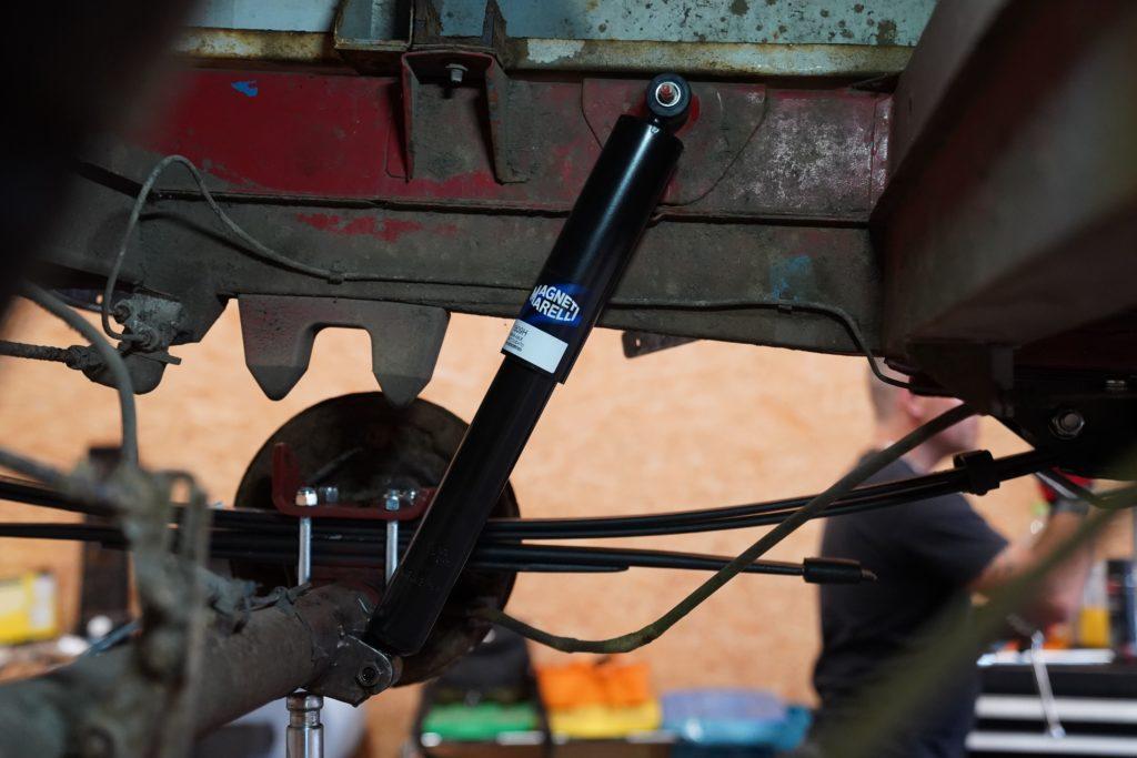 Der neu eingebaute Stoßdämpfer von Magneti Marelli am Fiat Ducato Maxi 290.