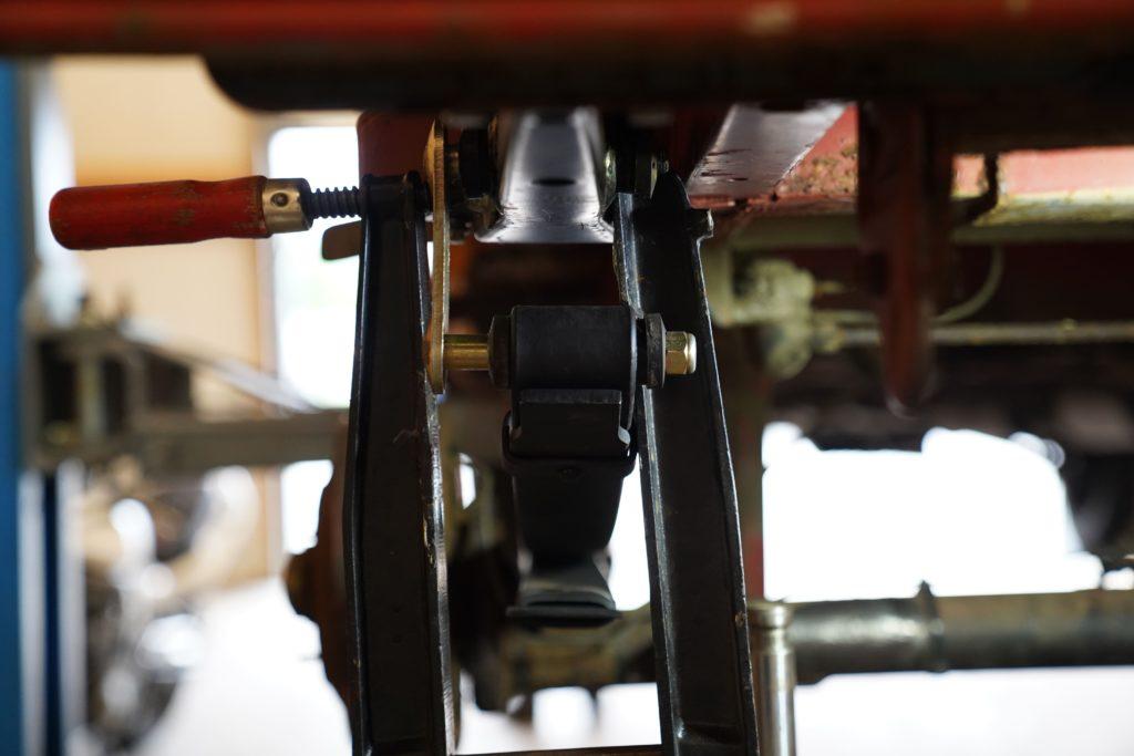 Blick von hinten auf die mit zwei Schraubzwingen in Postion gebrachte Lasche an der hinteren Blattfederaufnahme.
