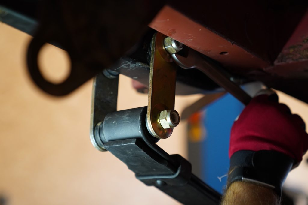 Die Lasche an der hinteren Blattfederaufnahme wird mit einem 2er Schlüssel und mithilfe zweier Muttern befestigt.