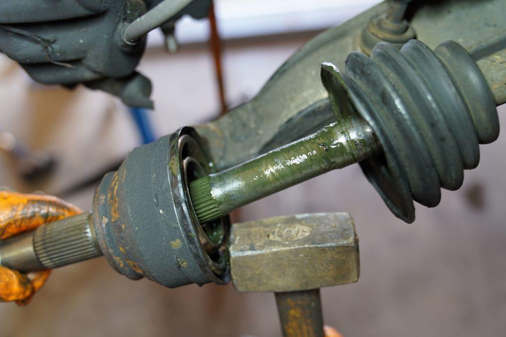 Der Gelenkkopf wird mit einem Hammer vorsichtig losgeklopft.