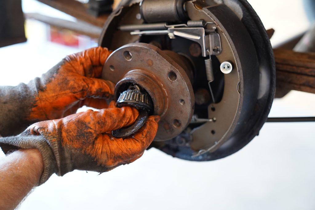 Beim Lösen der Radnabe fällt das Schrägrollenlager heraus, dass auf dem Bild mit der rechten Hand aufgefangen wird.