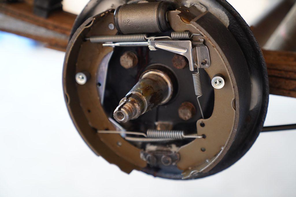 Der Achsschenkel komplett ohne Radnabe. Auch die Bremsbacken sind gut zu erkennen.