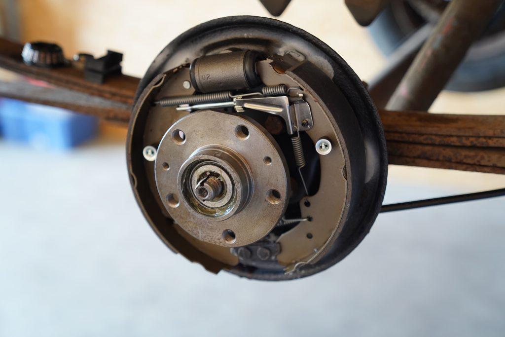 Die reparierte Radnabe samt neuem Radlager auf den Achsschenkel geschoben.
