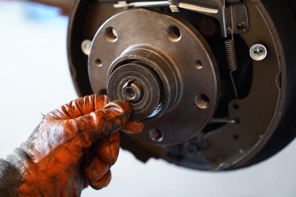 Nahaufnahme der Einstellscheibe, die über den Achsschenkel auf die reparierte Radnabe gedrückt wird.