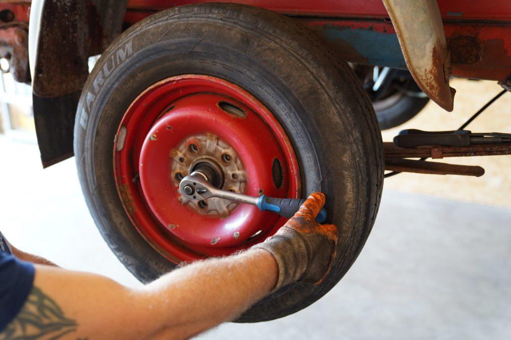 Der Hinterreifen rechts am Fiat Ducato 290 wird mit einem Drehmomentschlüssel festgezogen.