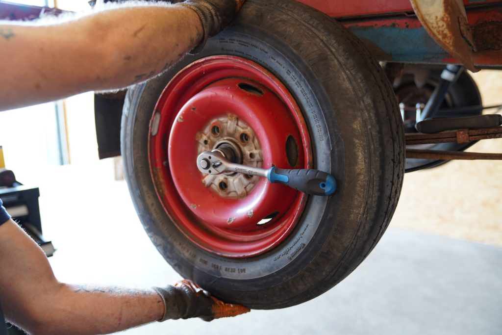 Der Ducatoschrauber prüft, ob das Hinterrad auf der rechten hinteren Seite des Ducatos 290 genügend Spiel hat, indem er leicht am Reifen rüttelt und zieht. Gleiches Vorgehen beim Peugeot J5 und Citroen C 25.