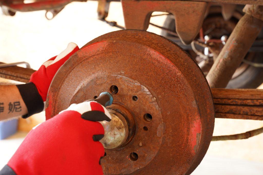 An einigen Stellen erkennt man noch das ursprüngliche Rot der Bremstrommel