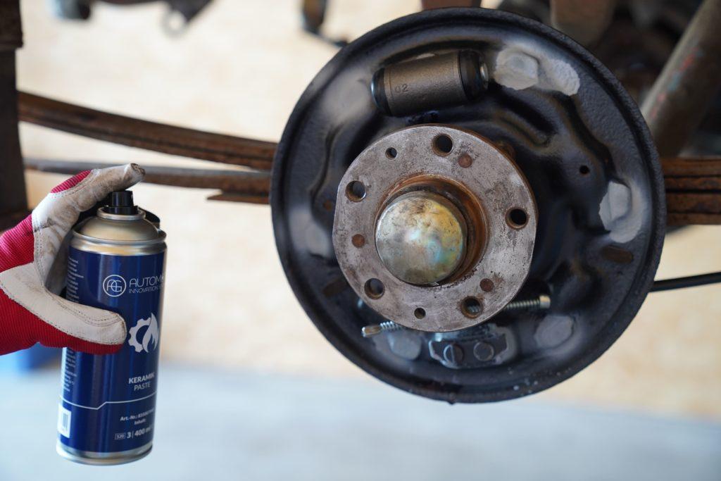 Beim neuen Radbremszylinder erkennt man wieder die Unterschiede zwischen den unterschiedlichen Materialien.