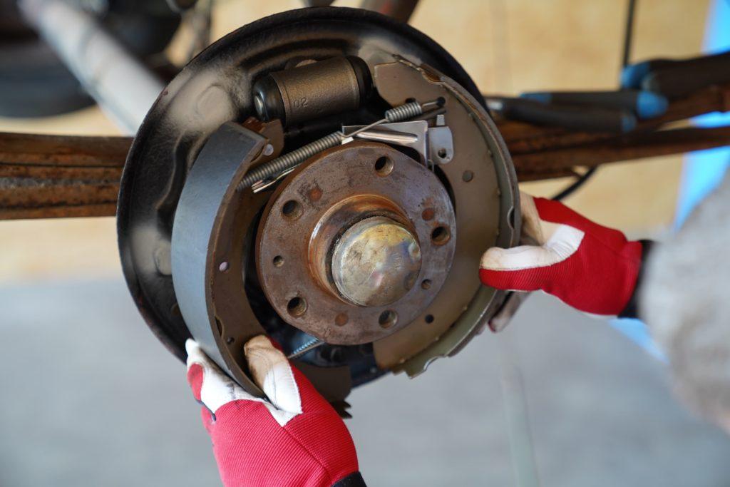 Durch ein wenig Druck kannst Du die Bremsbacken auseinander drücken und einhängen.