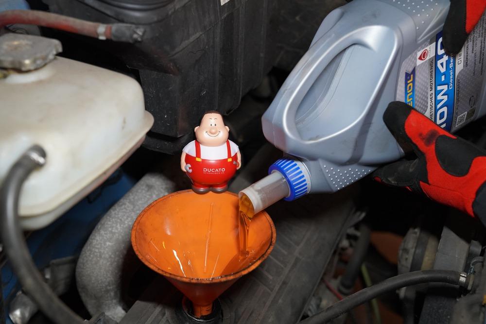 Neues Öl einfüllen. Ölwechsel Fiat Ducato 230/244, 250 ...