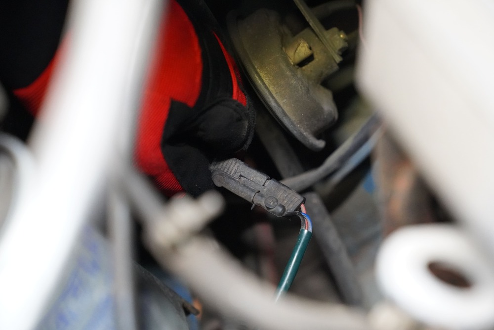 Nahaufnahme des Sensors vom Kraftstofffilter beim Ducato 290 im Motorraum.